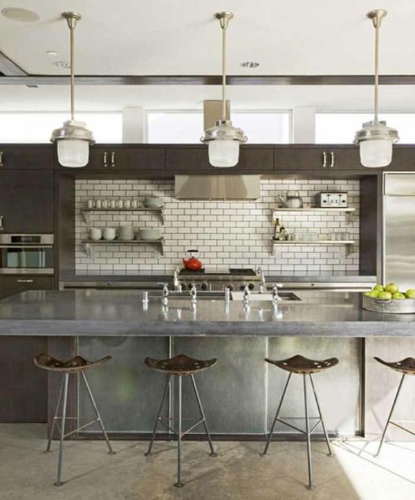 Randy Weinstein egy kaliforniai ipari konyhát gondolt újra, a fehér csempét feketével fugázta ki, a teret pedig vintage traktor ülésekkel, rozsdamentes acél felületekkel és csiszolt beton padlóval tette időtlenné.