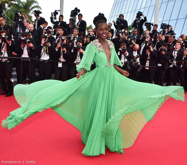 Lupita Nyong'o Gucci estélyiben érkezett a 2015-ös Cannes-i Filmfesztivál nyitóestjére május 13-án.