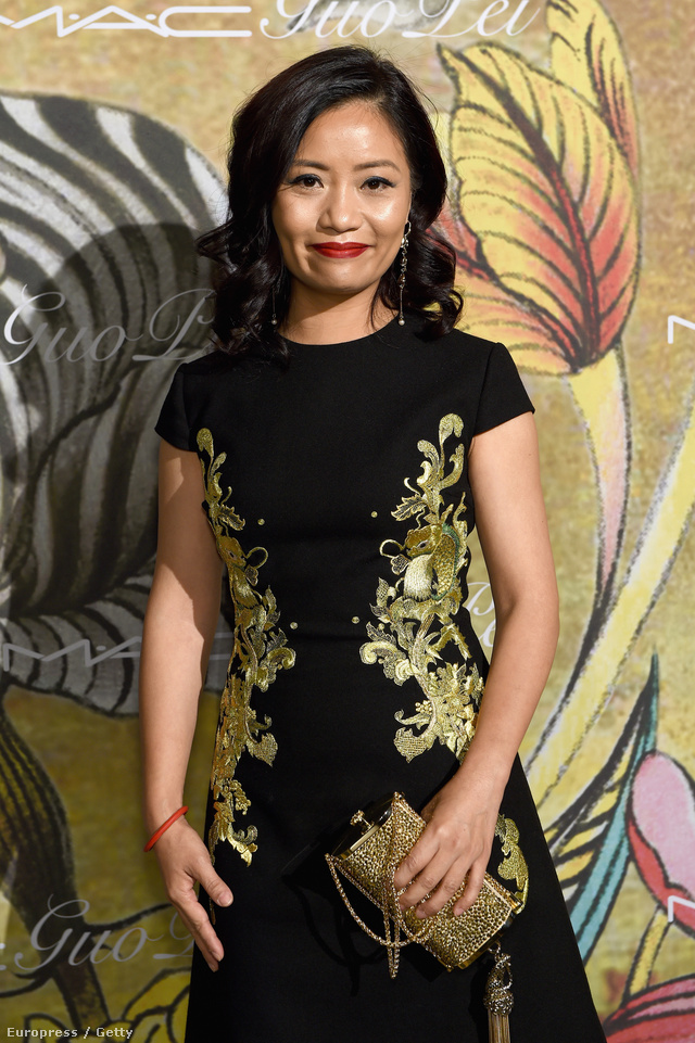 Íme Guo Pei. A pekingi tervező 26 éve tervez és küldetésének érzi azt, hogy ruháin keresztül tolmácsolja a kínai hagyományokat, illetve újraértelmezze a couture fogalmát az országában.