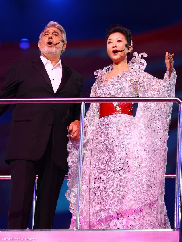 Ő tervezte továbbá a nyitó- és záróceremónián fellépő szereplők ruháit a 2008-as pekingi olimpián és Song Zuyingét is, aki Placido Domingóval énekelt közösen.