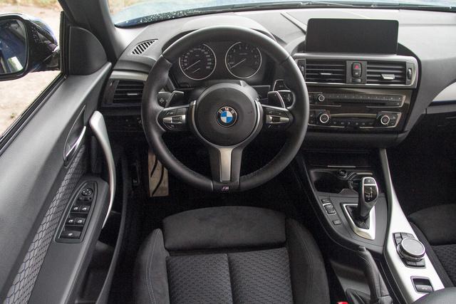 ...ettől függetlenül a BMW mindent tud a sportos üléspozícióról, szerencsére.