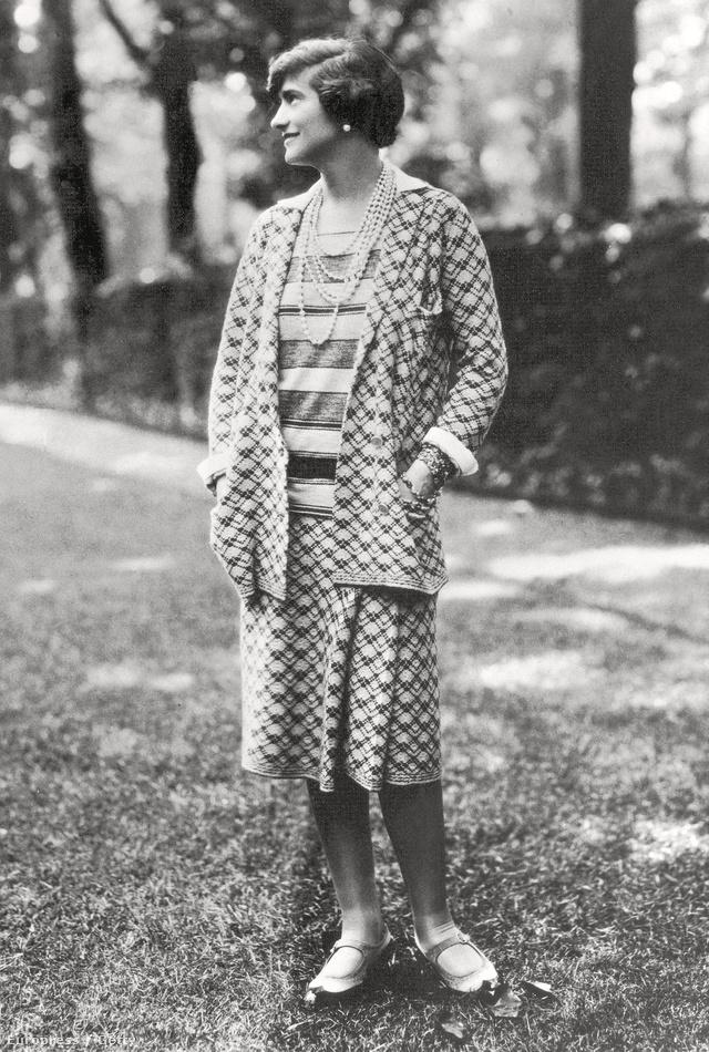 Coco Chanel egy csíkostól eltérő mintás együttessel és gyöngynyaklánccal viselte 1929-ben Párizsban.