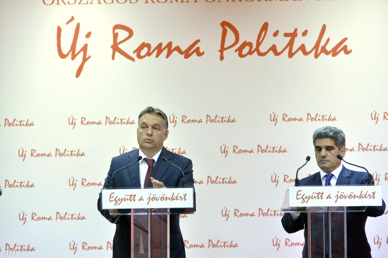 Orbán Viktor miniszterelnök (b) és Farkas Flórián az Országos Roma Önkormányzat (ORÖ) elnöke sajtótájékoztatót tart az ORÖ budapesti székházában 2014. október 9-én.