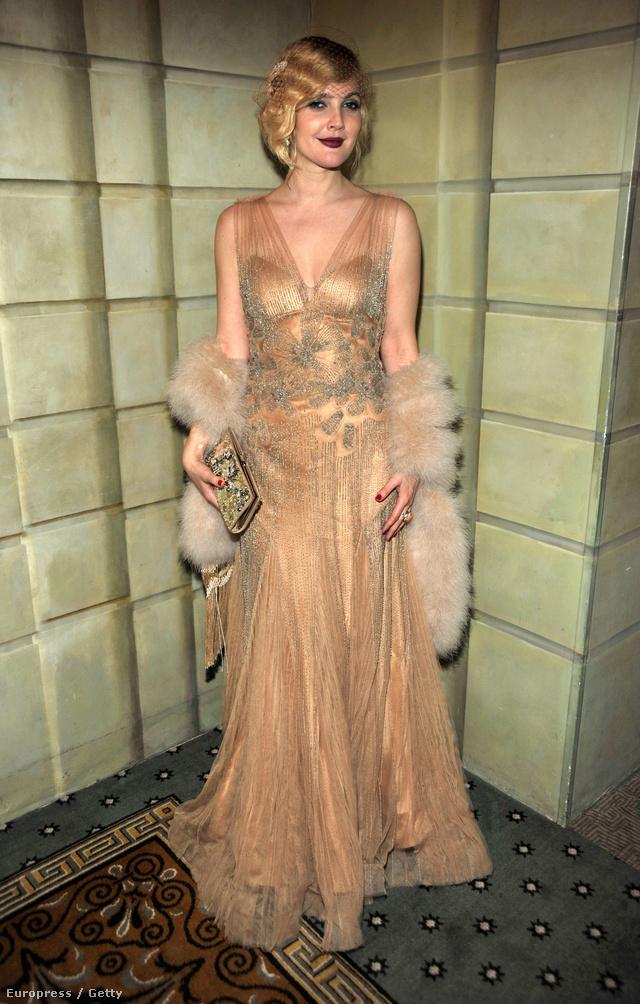 Drew Barrymore tetőtől-talpig vintageban a Két nő - egy ház című film premierjén.