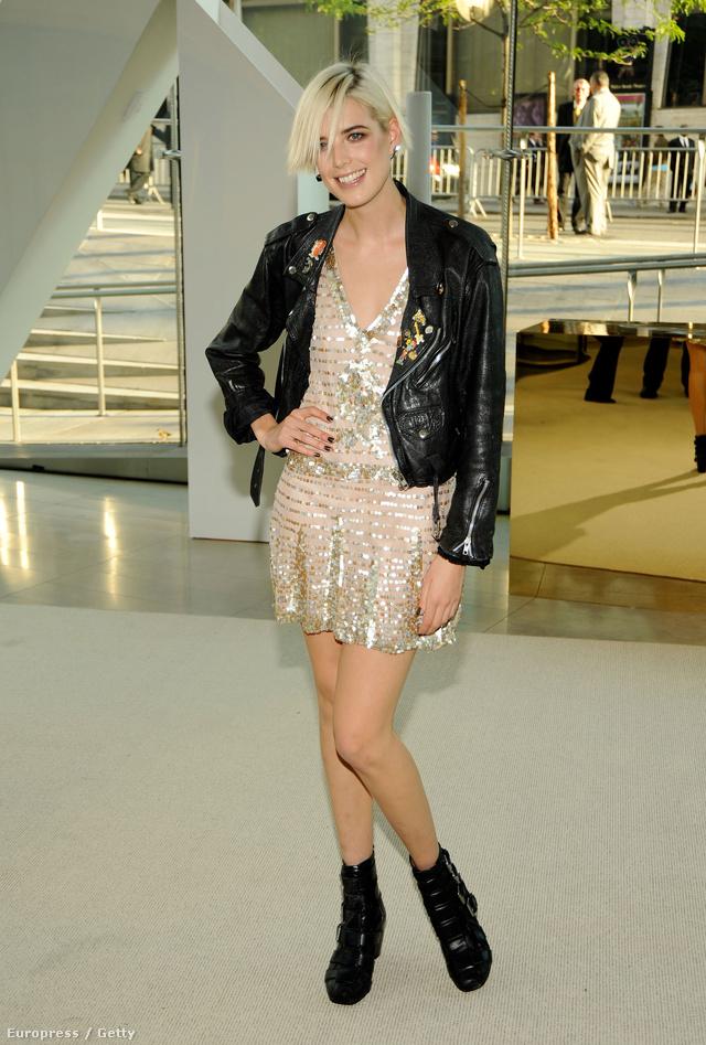 Agyness Deyn modell bakanccsal és motoros dzsekivel tette maivá csillogó vintage ruháját.