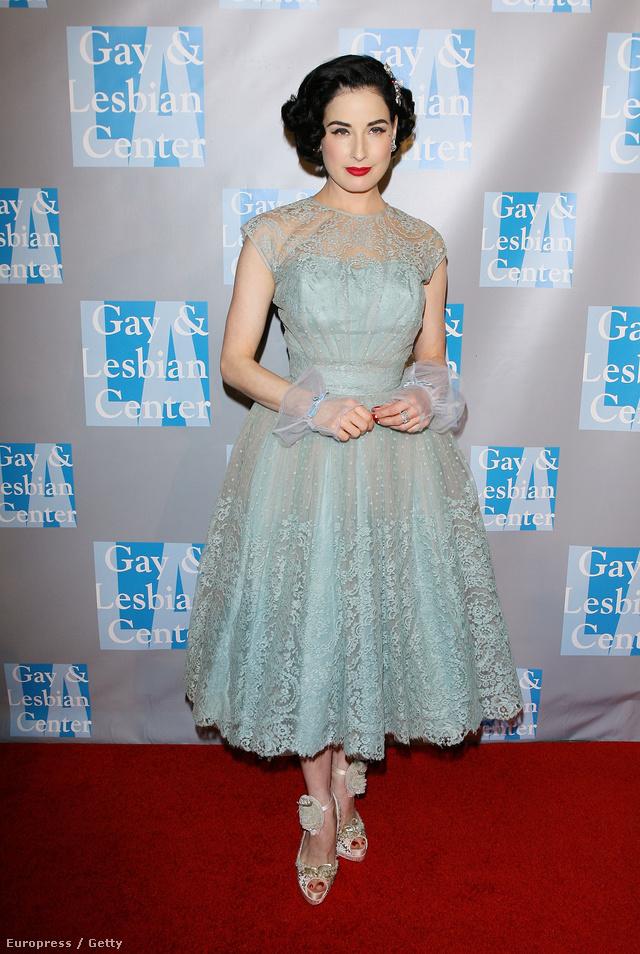 Dita von Teese Elizabeth Taylornak öltözött.