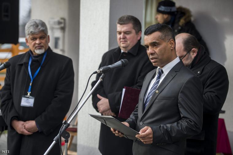 Hegedűs István az Országos Roma Önkormányzat elnöke a Kultur Farm Vendégház ünnepélyes átadásán a Baranya megyei Alsószentmártonban 2015. január 29-én.