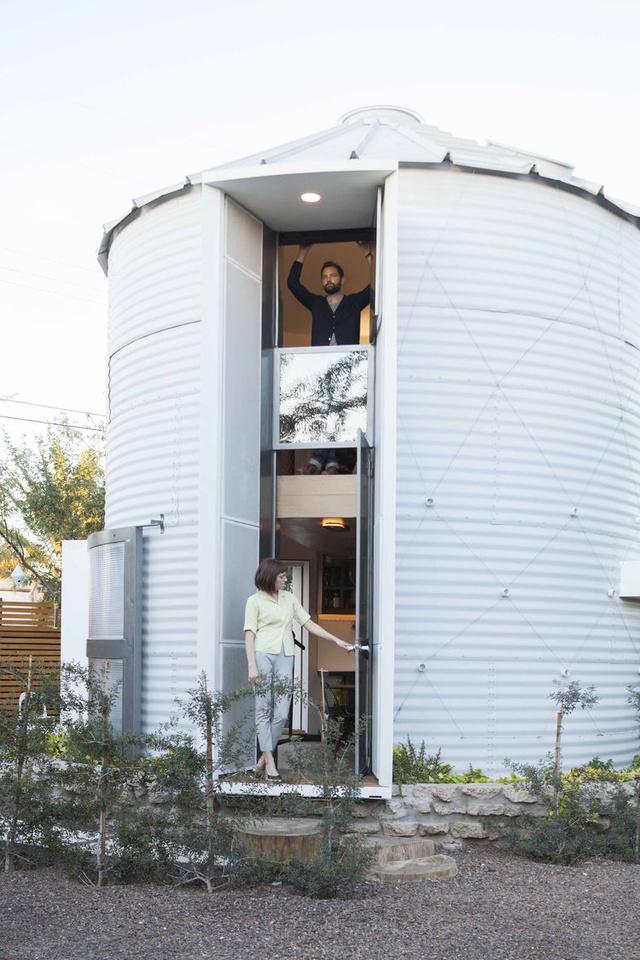 Az átalakított, több, mint száz négyzetméteres, két szintes siló érdekessége, hogy szinte mindent az építész és felesége újítottak fel rajta a szekrényektől az ajtókon át a diófa padlóig, amit ráadásul ipari hulladékként árultak az interneten, így az mindössze  350 dollárjukba (kb.95.440 forint) fájt.