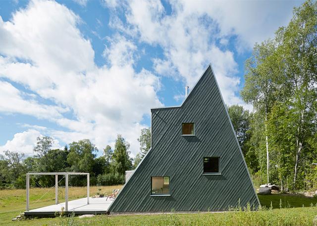 """"""" Kicsit olyan, mint játék faház felnőtteknek."""" – mondja a stockholmi építész a festői Dalarnában található háromszög formájú házról, melynek ferde homlokzata lehetővé teszi, hogy mászófalnak is használhassuk, ha akarjuk."""
