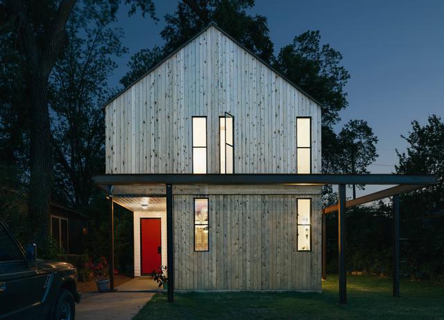 A vállalkozókedvű austini építész 175 ezer dollárból (kb.47.7 millió forint) húzta fel gyönyörű családi házát, melyben egyesítette a modernizmust a regionális parasztházak rusztikus világával.