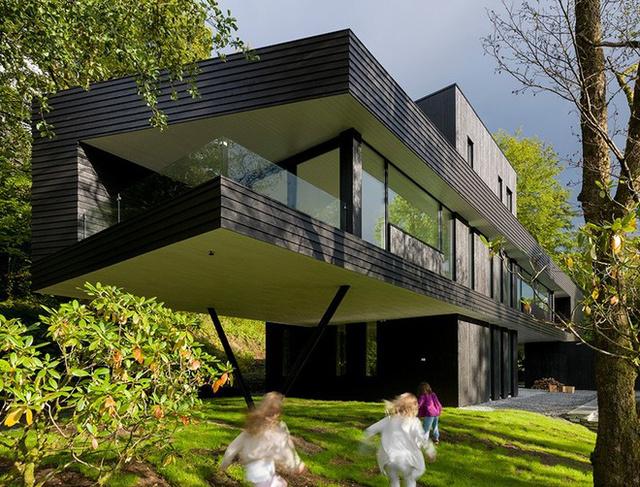 """A kanadai származású építész """"S-villa""""névre keresztelte el elővárosi családi házát, amit fekete fa homlokzattal tett még 21.századibbá."""
