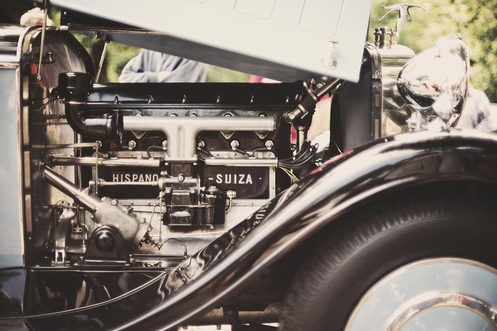 A Hispano-Suiza hatalmas karosszériájának mozgatásáról 6,6 literes, sorhatos motor gondoskodik, amelyet a repülőmérnök Marc Birkigt tervezett, hosszában megfelezve a szintén általa fejlesztett V12-es repülőmotort.