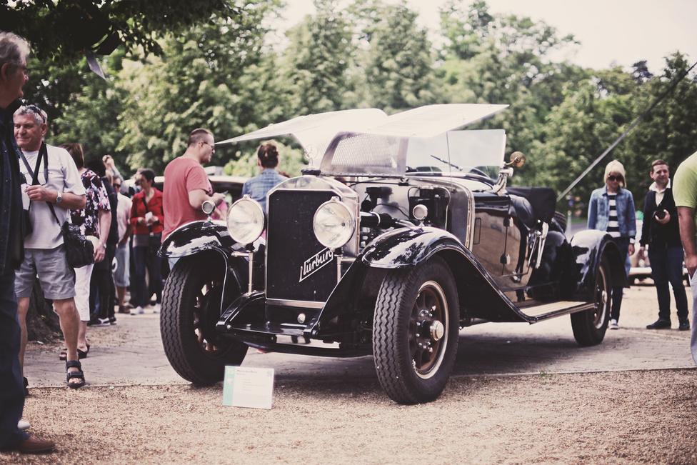 A W 08-as kóddal jelölt, Nürburg keresztnévvel ellátott Mercedes-Benz, a Daimler-Benz leghosszabb ideig piacon lévő autója volt a 20-as, 30-as években, hiszen különböző modellváltozatait több, mint 10 évig gyártották. Létrejöttének oka a konkurenciaharc, a Horch akkori vezető modelljét kellett túlszárnyalnia. A feladattal Ferdinand Porschét bízták meg, s a 08-as sikeres is lett. Jelen példány 1931-ben készült, 100 lóerős, soros nyolchengeres motorral szerelték.