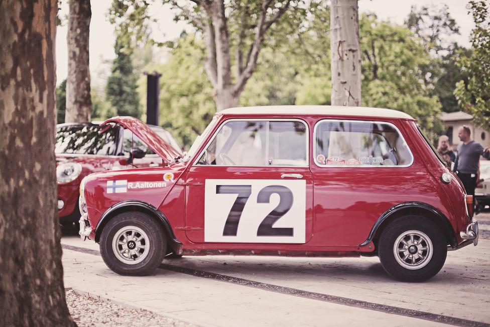 A négy sarokban elhelyezkedő kerekeknek köszönhetően a Mini rendkívül mozgékony és jól vezethető autó lett. Nem véletlen, hogy sorra nyerte a korabeli ralikat, többek között Rauno Aaltonennel a volánja mögött. A finn pilóta kocsijának állít emléket ez a Magyarországon készült replika, amely oly valósághűre sikerült, hogy maga Aaltonen is aláírta a tetejét.