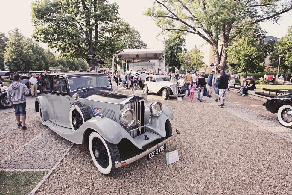 A Rolls-Royce 25/30 volt a kisebbik típusa a gyárnak a harmincas évek közepén, amelyet elsősorban olyanoknak szerettek volna eladni, akik szívesen vezetnek. Ennek ellenére a legtöbb esetben mégis csak hátul pöffeszkedett a szivarozó, kopaszodó úr, és a sofőrsapkás Louis küzdött a hat henger és a 4752 köbcenti szerény erejével. Érdekesség, hogy az összes 25/30 különböző, hiszen mindhez egyedi felépítményt gyártattak.