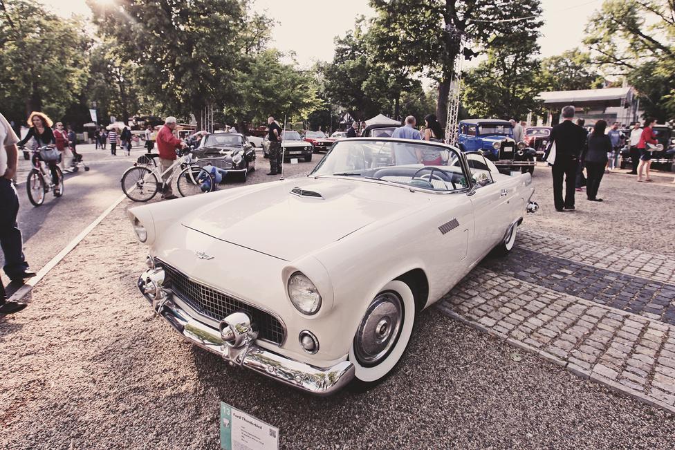Ugyan az első generációs Ford Thunderbirdöt nem sportkocsiként árulták Amerikában, a kis mérete és majdnem 200 lóerős, 4778 köbcentis, V8-as motorja nem ezt bizonyítja. Elméletileg a kis brit sportkocsik inspirálták, a valóságban az örök rivális, a Chevrolet Corvette-jére készült válaszként.