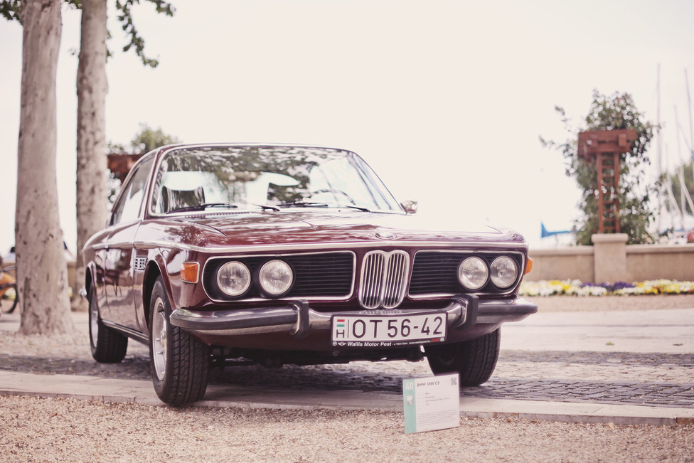 Az esemény fő támogatója a BMW Group Magyarország volt, talán ennek is köszönhető, hogy az új modellek mellett több régi is részt vett a kiállításon. Ennek a 3000 CS-nek az elődje (2000 CS) és utódja (cápa 6-os) is helyet kapott a sorban. De aligha van BMW-rajongó, akinek ne az E9 szerepelne álomgarázsa egyik legelőkelőbb helyén.