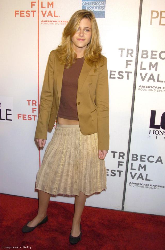 Kristen Stewart, mikor már kiskorú volt, akkor egy ilyen bölcsészlányos szettben ment a Tribeca Filmfesztiválra 2005-ben.