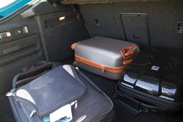 Három, sztenderd méretű kézipoggyász-kofferen csak röhög a markába: a 625 literes csomagtér, kombinálva az ötajtós bódéval igazi áldás