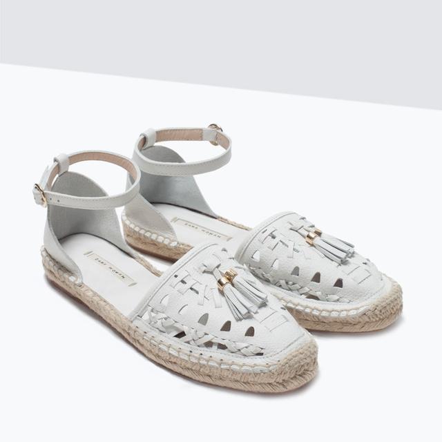 Egy fehér bőrrel ellátott bokapántos cipőért 17.995 forintot kérnek a Zarában.
