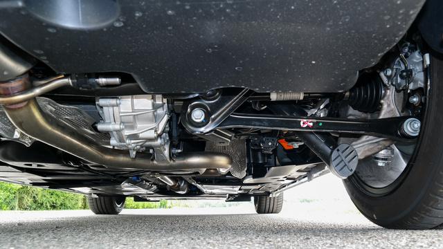A hibrid hátsó futóműve az egyetlen komoly konstrukció, de ez sem menti meg a rugózási komfortot. Középen a hátsó villanymotort látjuk