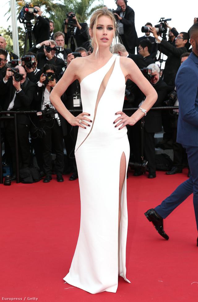 Doutzen Kroes Atelier Versace ruhában a filmfesztivál nyitóeseményén.