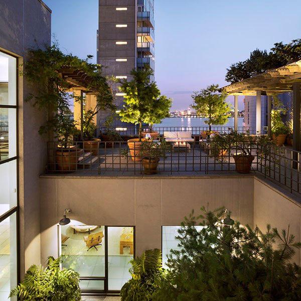 A csodálatos panoráma mellett sokat dob az impozáns lakáson a nappaliban elhelyezett fatüzelésű kandalló, a klasszikus konyhaszigettel és étkezővel felszerelt óriási konyha valamint az esti szórakozásokra kiváló parkosított terasz is.
