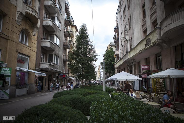 A Hollán Ernő utcát évekkel ezelőtt felújították, kávézók, éttermek teraszai és szökőkút díszíti
