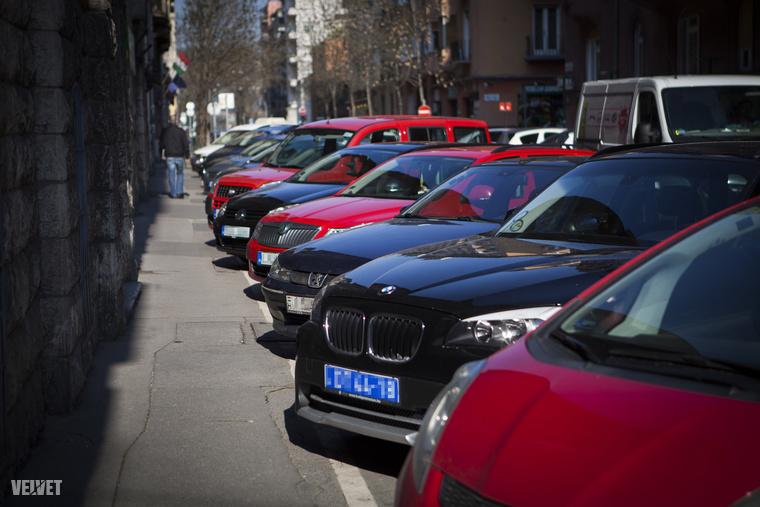 A parkolás az egyik legnagyobb probléma, a pofátlanul parkolók naponta megkeserítik a környék forgalmát