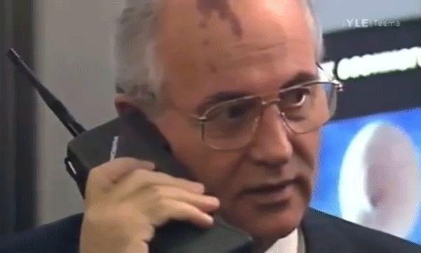 Mihail Gorbacsov egy Mobira Citymanel 1987-ben