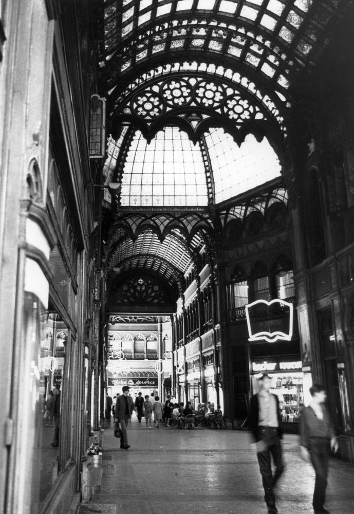 A luxushotelnek szánt épület rejtegeti egyébként a Párizsi udvart is, ami impozáns üzletsorral várta a vevőket az előző században