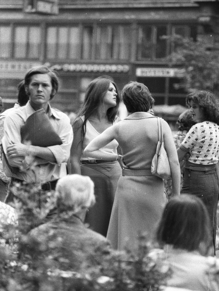Vajon süti előtt vagy után vannak ezek a fiatalok a Jégbüfé előtti buszmegállóban? Azt nem tudni, viszont az évszám kitalálásában a ruhák is segítenek: 1979-et írunk.
