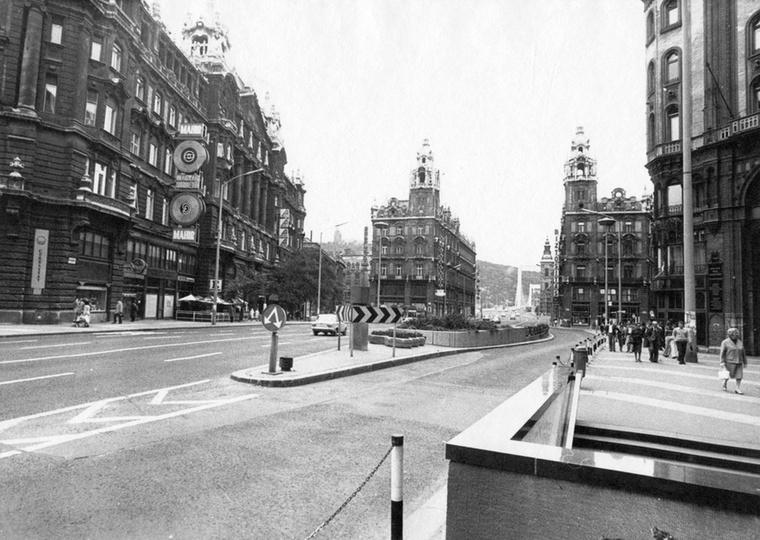 1980: immáron nyolcadik éve, hogy eltűntek a villamosok a Kossuth Lajos utcáról és az Erzsébet hídról, de a Jégbüfé még mindig tart.