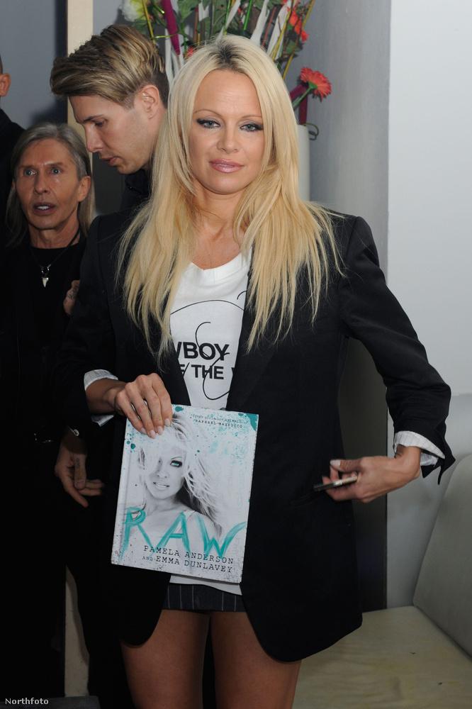 Pamela Anderson a kölni Diamonds Klubban reklámozta kicsit Raw című könyvét.