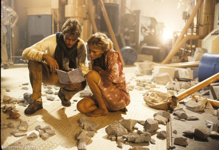 A sorozat egyébként javarészt abból állt, hogy háztartási vegyszerekből, meg mindenféle egyszerű eszközökből készített robbanóanyagokat, így mentve meg a fél világot.