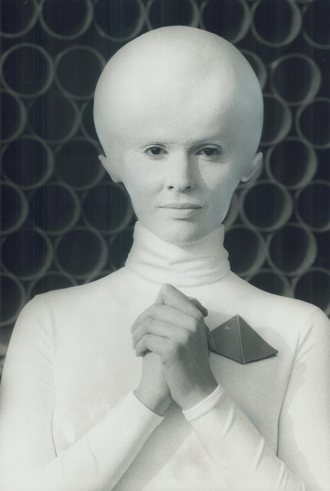 Búcsúzóul egy már-már megszokottnak tekinthető, lufifejű asszonyt mutatunk 1978-ból, a Csillaghajó invázió című műből