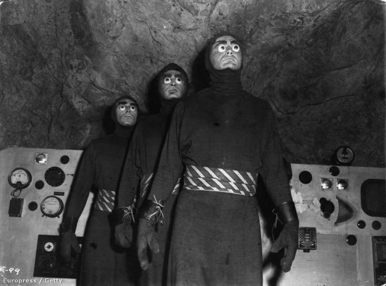 1954-ben így néztek ki a földönkívüliek a Killers From Space című filmben.