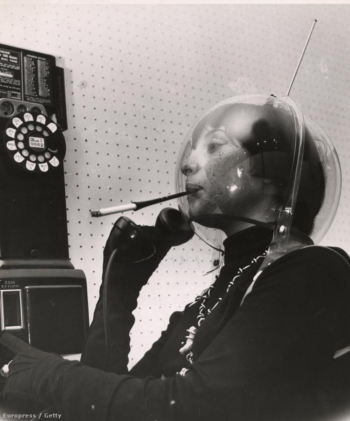 1955-ben Arthur Fellig, a Weegee néven tevékenykedő furafotós dohányzó űrnőt vizionált