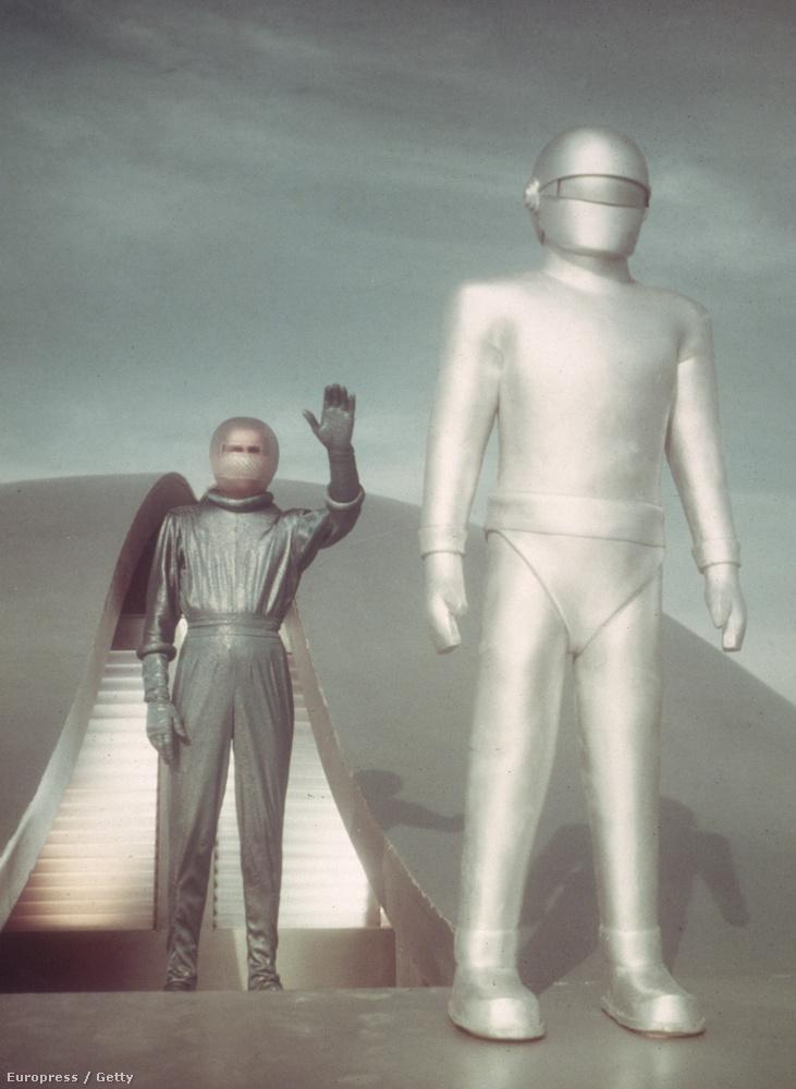Ugyanabban az évben jött ki A nap, amikor megállt a Föld is: jobbra egy robot, bal oldalon, ezüst melegítőben egy űrlény, Klaatu integet,