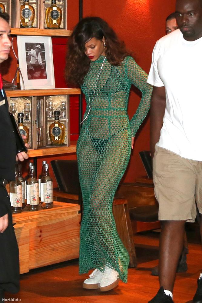 Rihanna rihannáskodott picit Rióban, és egy szűk körű koncertjéhez ezt a Laquan Smith ruhát húzta magára.
