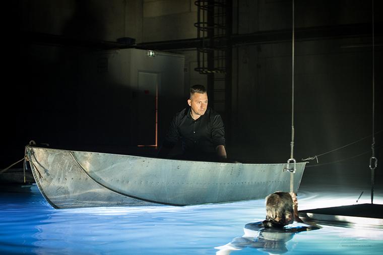 Hipnotikus kép érkezett az új albummal előálló Kovács Ákosról: igen, ezen a fotón egy majmot bámul egy csónakból.