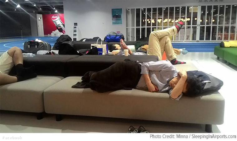 A legtöbb reptéren, ha nem is örülnek neki, de egyébként nem tilos aludni.