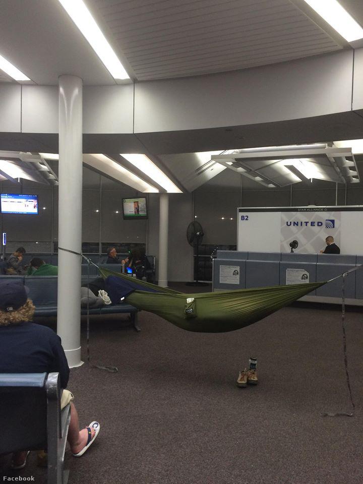 De azért akadnak jól láthatóan rutinos, nagy királynak számító reptéri alvókról is képek.