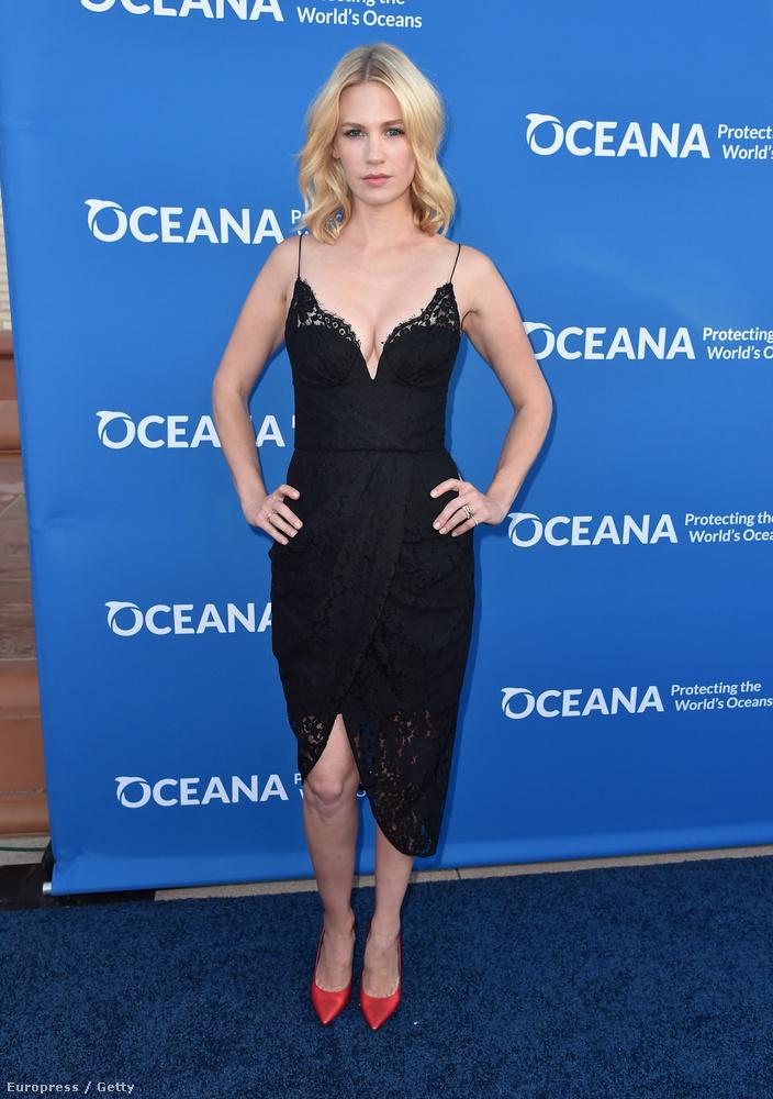 January Jones az óceánok megmentését támogatta jelenlétével, és ezt a szolid, mégis szuper fekete kis ruhát választotta az alkalomra.