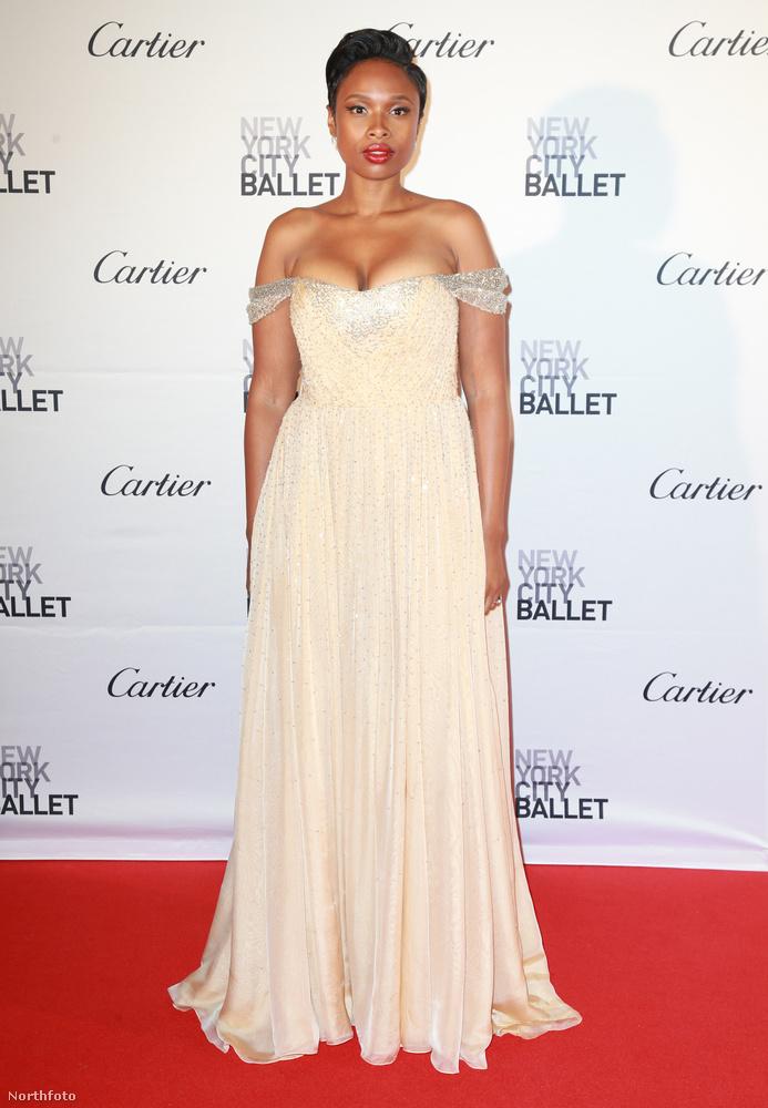 Nem sokon múlt, tényleg nem sokon, de sajnos Jennifer Hudsonnak sem, pedig nagyon szép ruhában ment a New York-i balettgálára, de túl magasra polcolta a melleit.