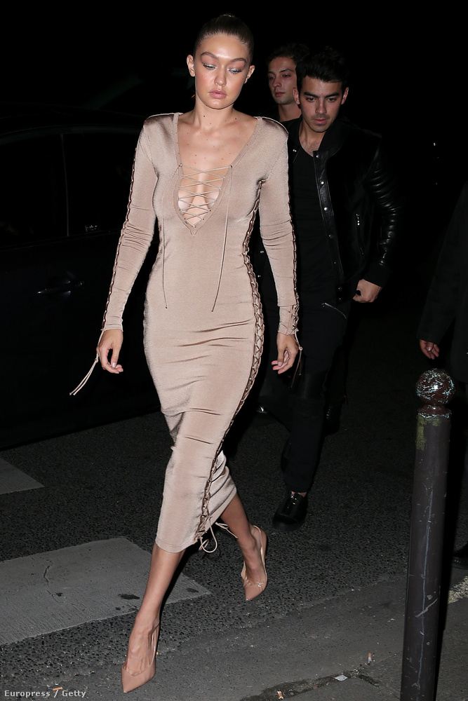 A párizsi divathét egyik buliján vette fel Hadid ezt a kötős ruhát
