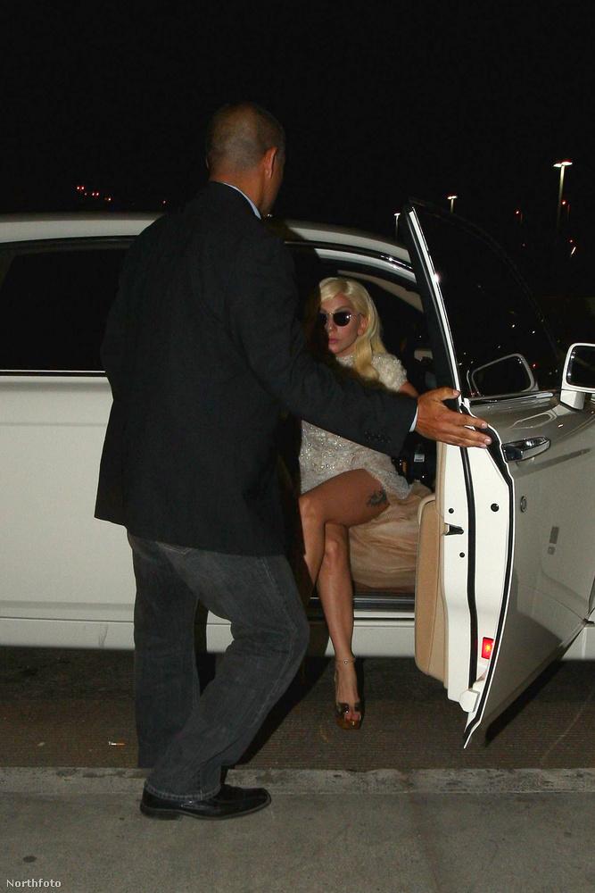 Lady Gaga ebben a szerelésben érkezett a Los Angeles-i reptérre, de meggyűlt vele a baja: rálépett a ruha aljára, és kis híján elesett