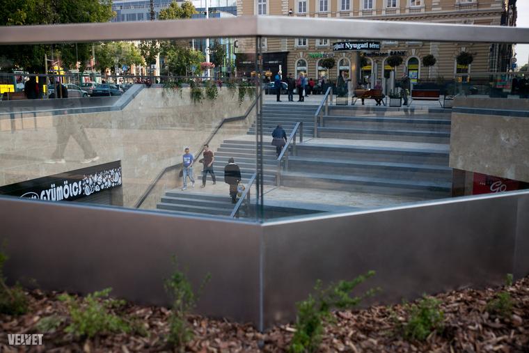 Van lépcső, amin nemigen lehet elférni, viszont helyette oldalt a fél város megpihenhet – és ez biztos fontosabb, mint időben elérni a villamost