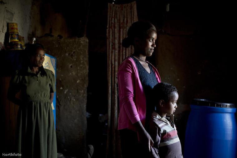 A képen látható, 17 éves Etalemaw Zegeye Eshetewho például éppen nem a leckével van elfoglalva: kisfia már négy éves
