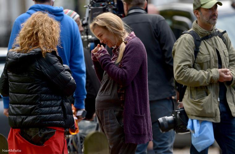Amióta elkezdődött a harmadik Bridget Jones-film forgatása, néhány naponta látni fotókat a felvételek helyszínéről, hiszen Londonban dolgozik a stáb, nem egy eldugott stúdióban.
